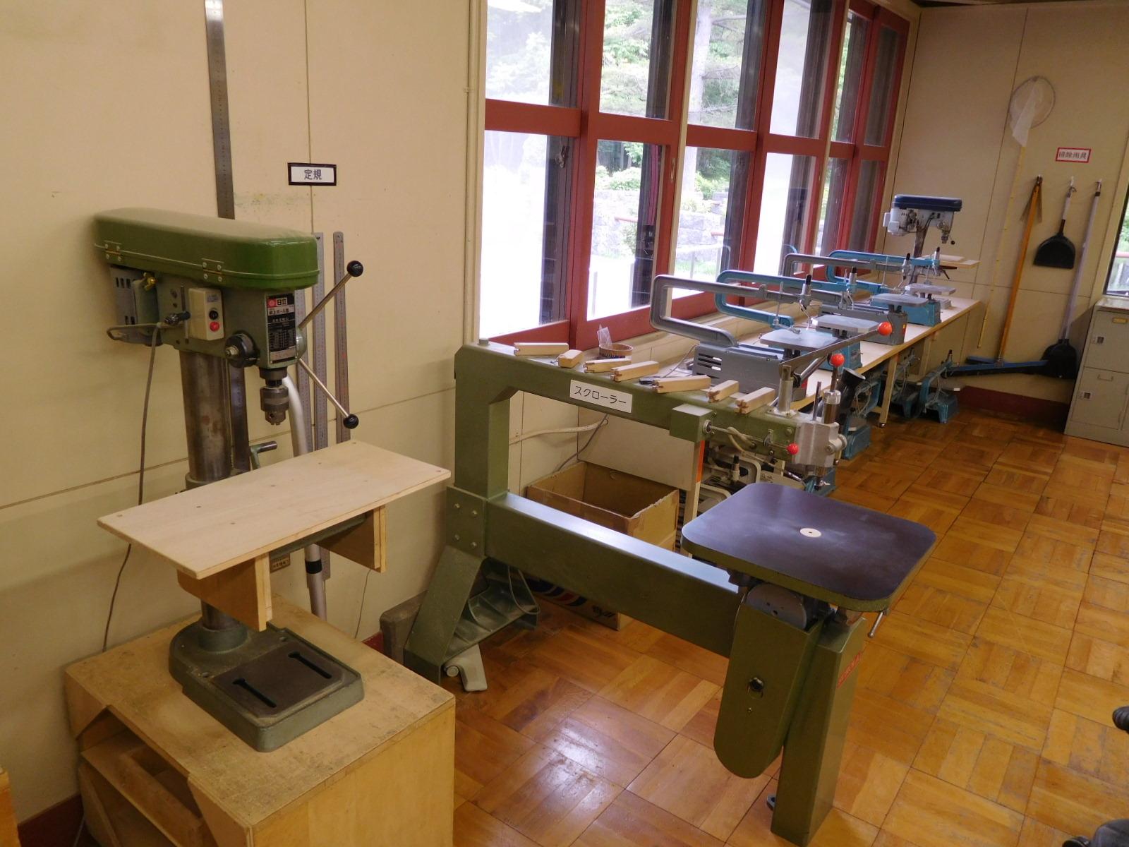 画像:糸のこ盤、スクローラー(大型糸のこ盤)ボール盤など基本的な加工が出来る機械も用意しております。