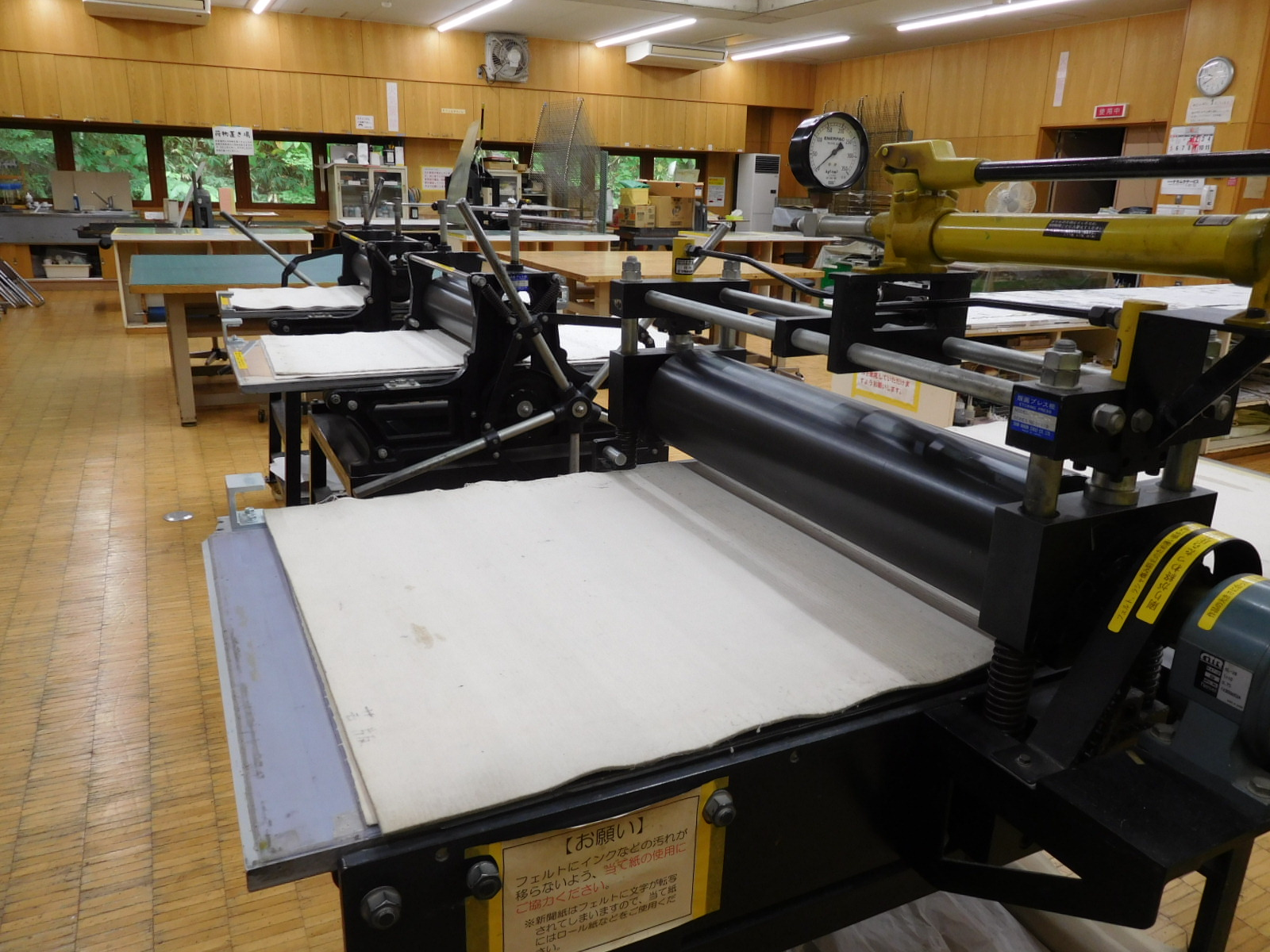 エッチングプレス機は大型1台、中型2台を完備しております。