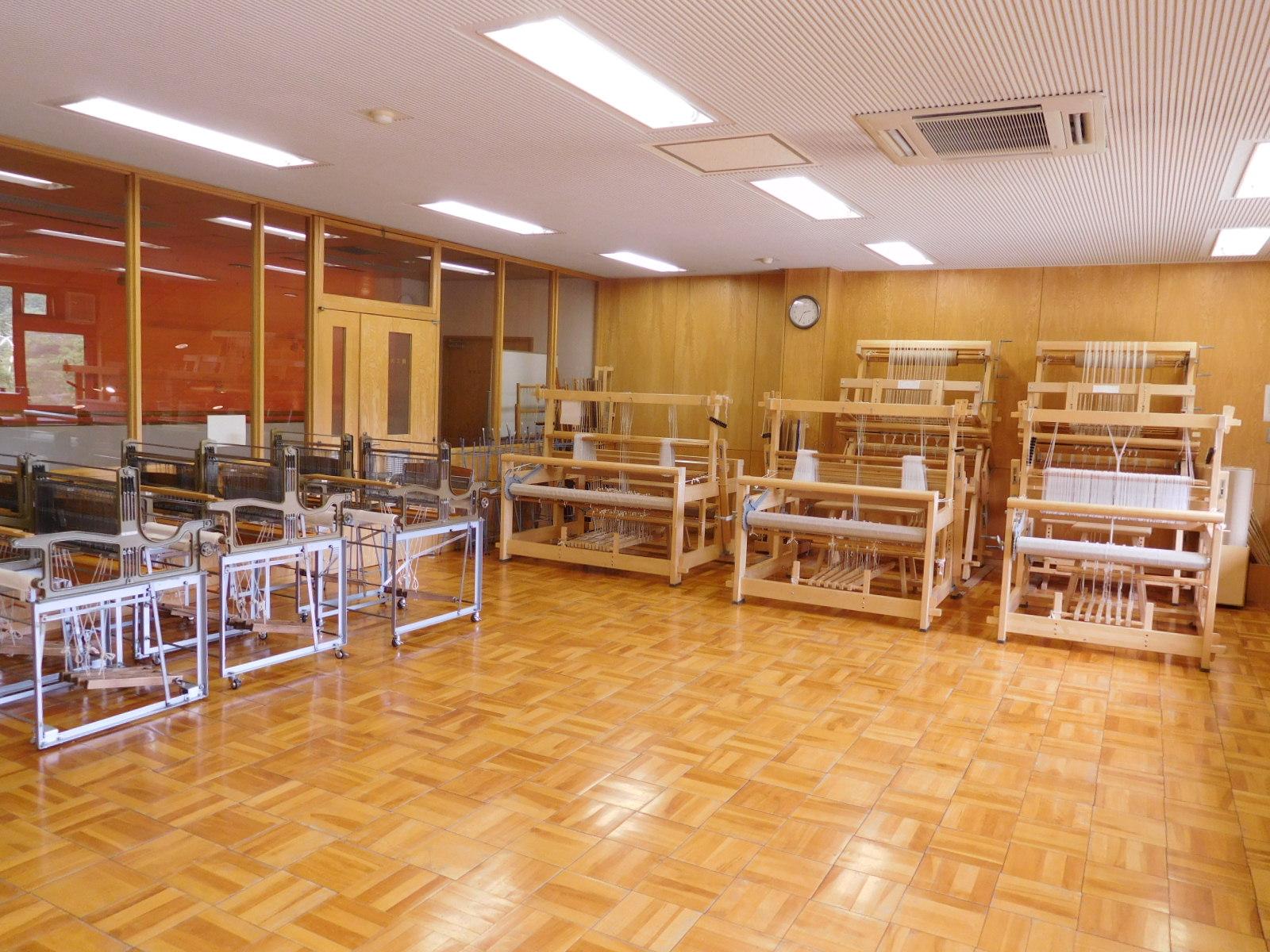 フィンランド製の大型織機、足踏み式小型織機、卓上レバー式織機などの織機がご利用いただけます。
