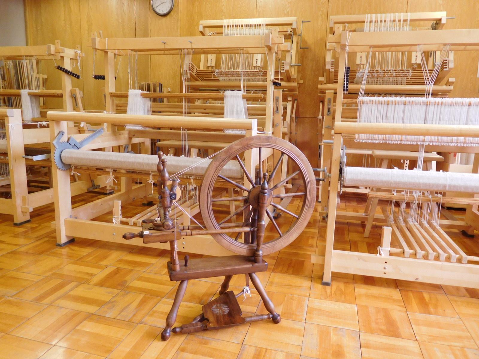 紡毛機も備えておりますので、糸紡ぎの作業も可能です。