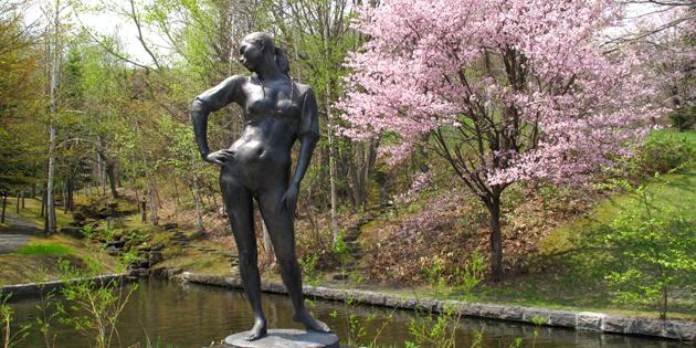春の野外美術館の風景