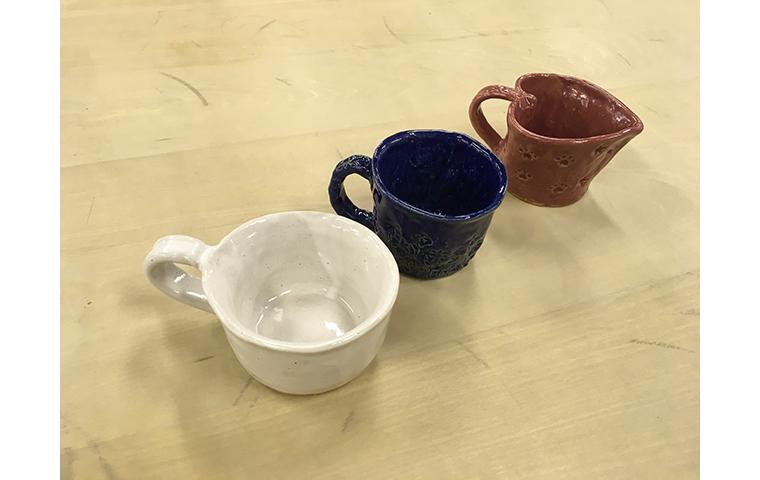 粘土を積んで「ひもつくり」カップ制作体験