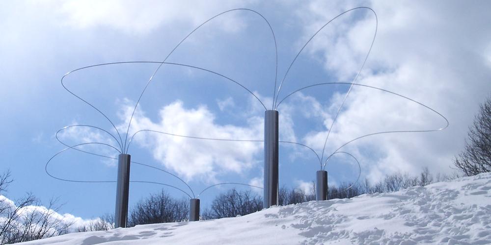 雪の中の彫刻の画像