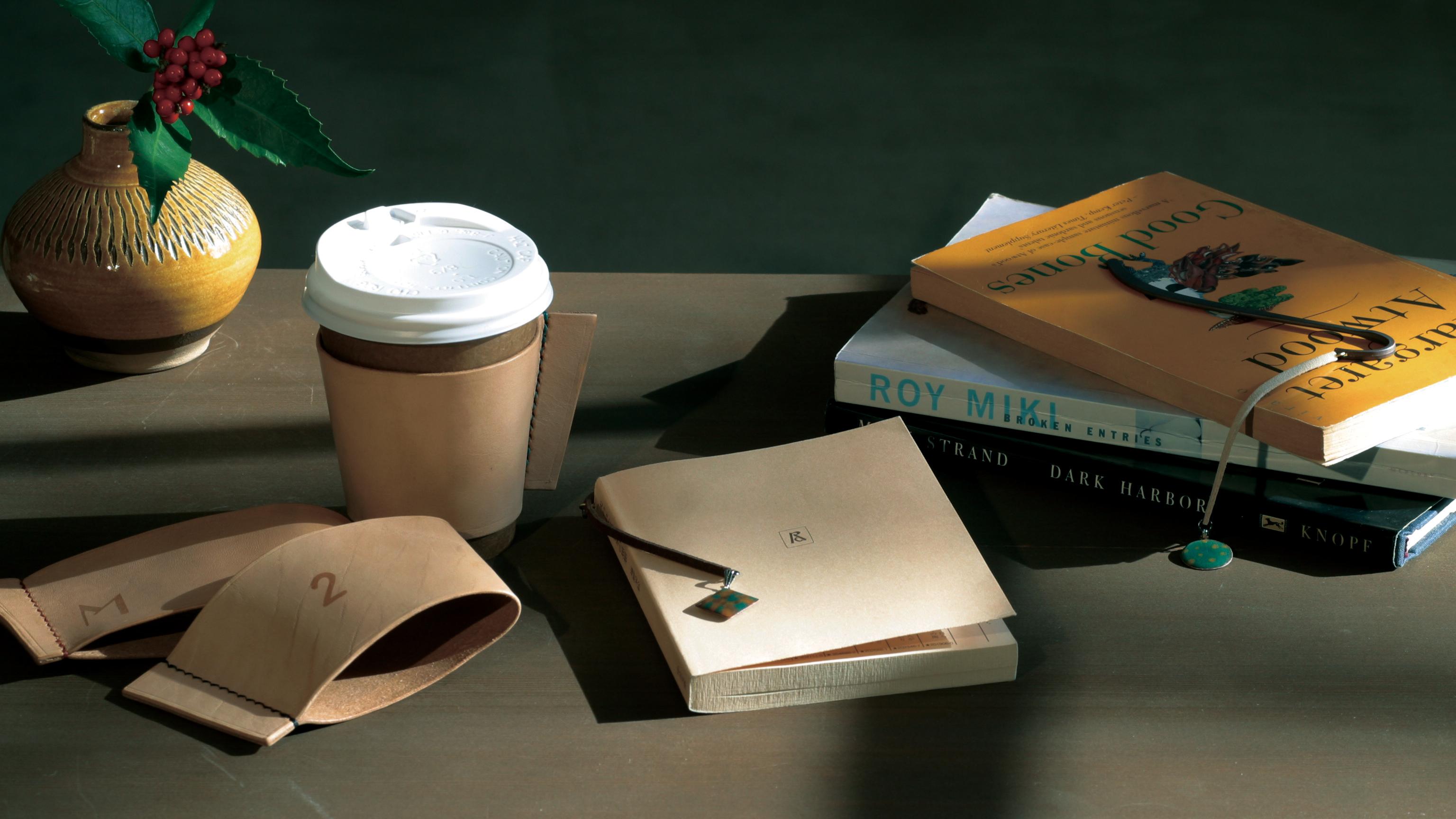 レザーカップスリーブとブックマークの画像